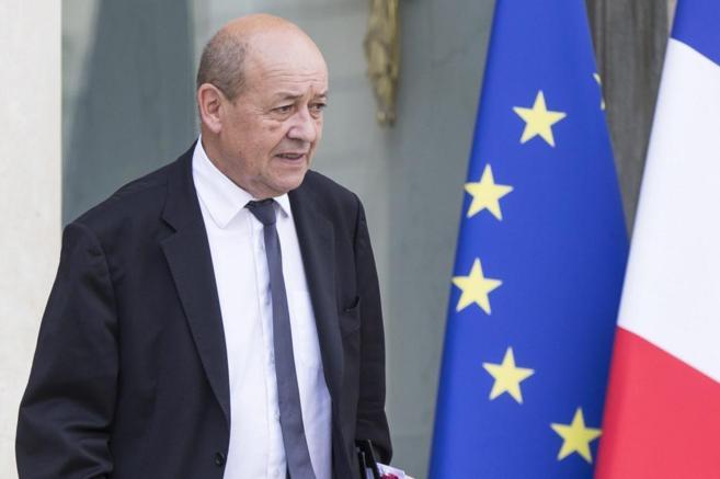 El titular de Defensa galo, Jean-Yves Le Drian, a la salida del...