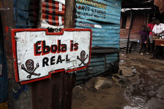 'El ébola es real'. Un cartel que advierte del peligro de...