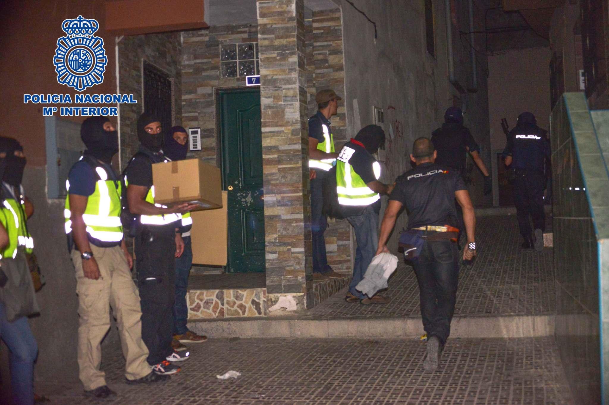 Agentes policiales registran la vivienda del detenido en Melilla.
