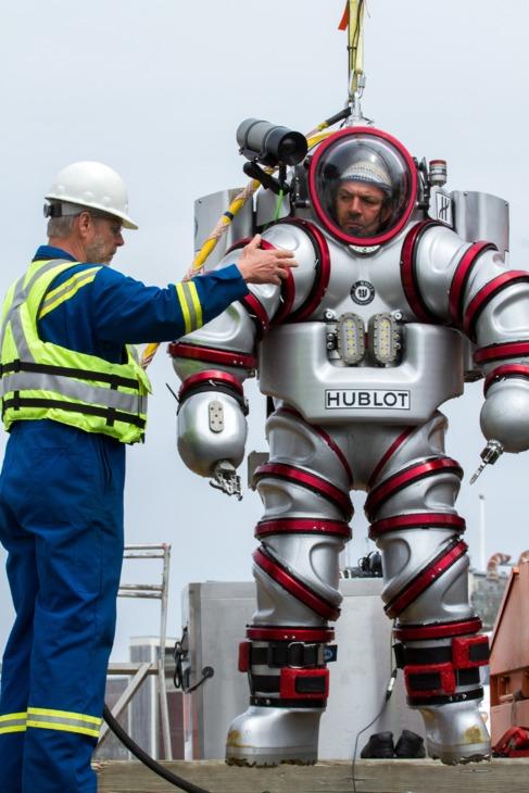 El buzo piloto, con el traje 'Exosuit', que le permite...