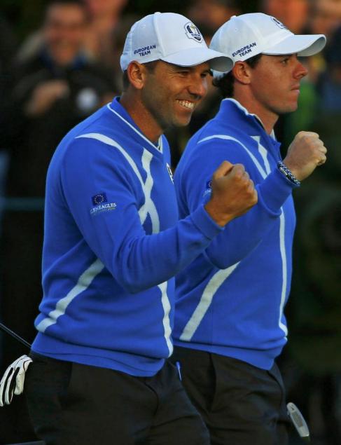 Rory McIlroy Y Sergio Garcia celebran un hoyo ganado.