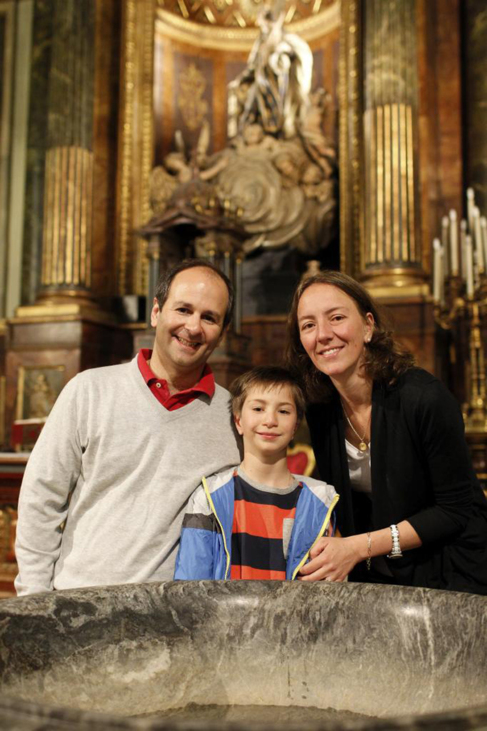 José Ignacio Ureta y sus padres, ante la pila donde se bautizó a Del...