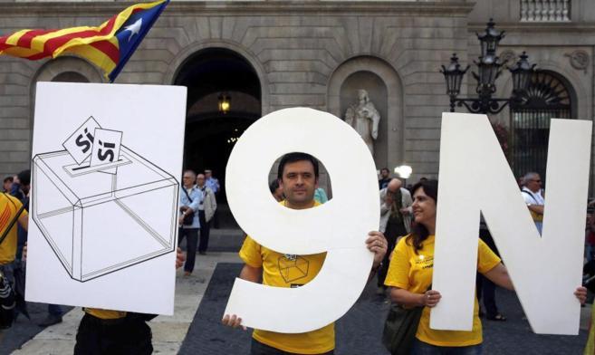 Varios centenares de personas concentraron en la plaza Sant Jaume.