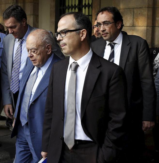 Pujol sale del Parlament arropado por los dirigentes de CiU Lluis...