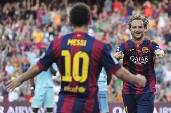 Rakitic agradece a Messi su centro para el gol del croata.