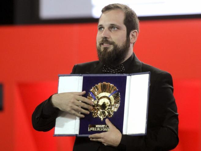 El realizador Carlos Vermut recibe la Concha de Oro por su película...