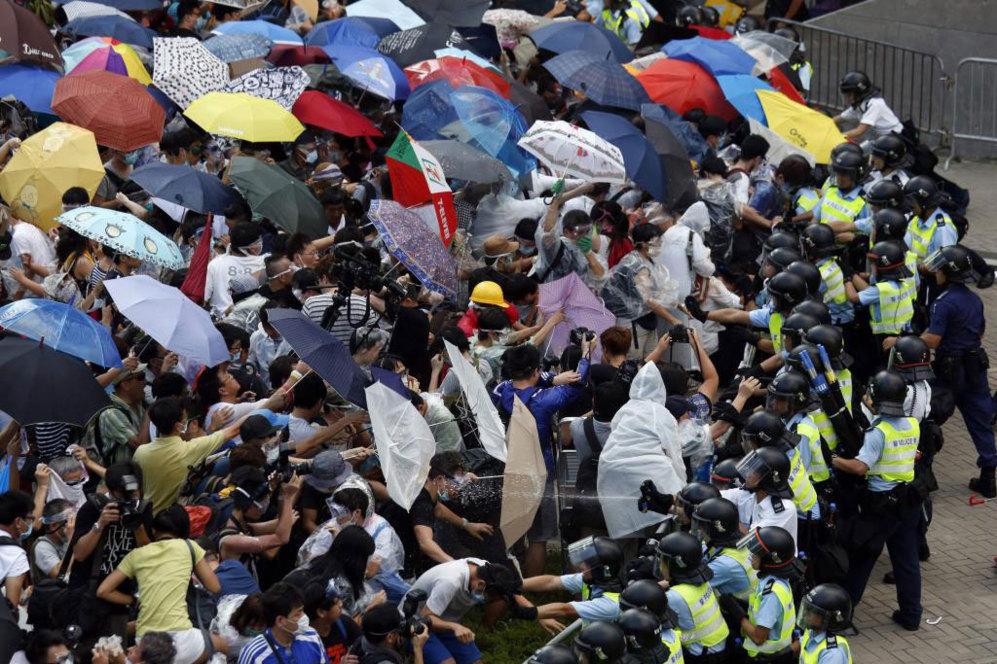Los manifestantes han bloqueado la calle principal de la ciudad que...