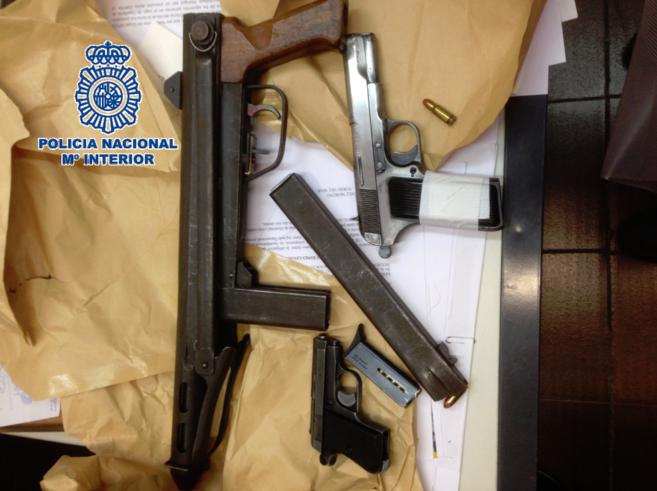 Subfusil y dos pistolas decomisadas por la Policía.