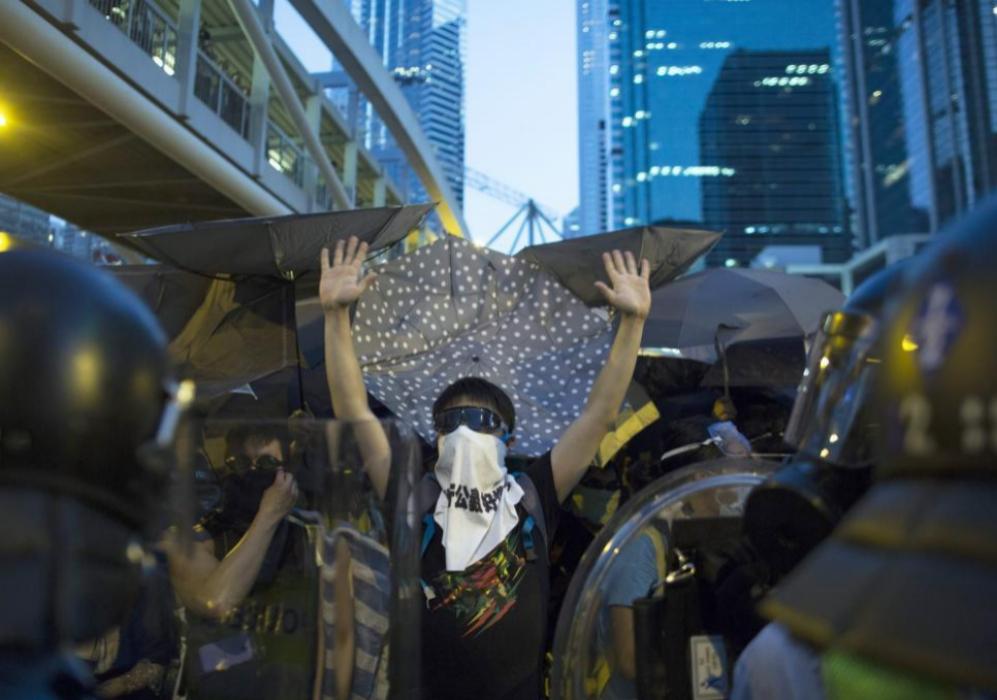 Jóvenes estudiantes frente a la policía a las afueras del Parlamento...