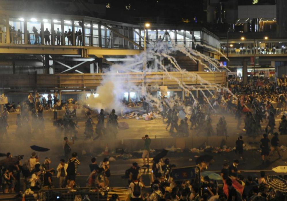 Las fuerzas policiales han lanzado gas lacrimógeno para dispersar a...