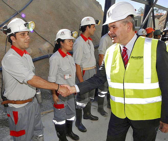 Chaves saluda a empleados de Matsa en noviembre de 2008, el día de la...