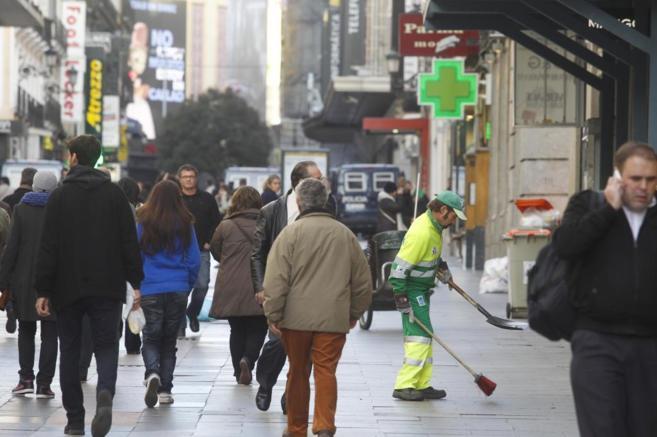 Gente caminando por una calle comercial