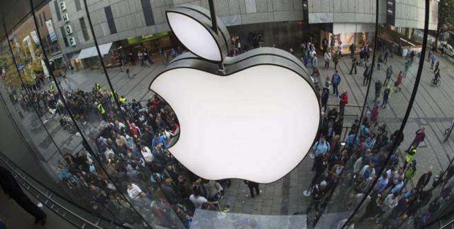 Cientos de personas congregadas ante una tienda de Apple en Múnich.