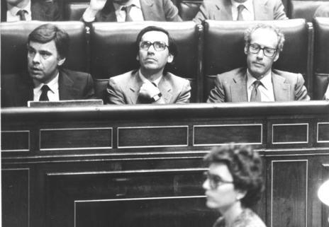 Boyer (dcha.), junto a Felipe González (izda.) y Alfonso Guerra en el Congreso durante el primer gobierno socialista
