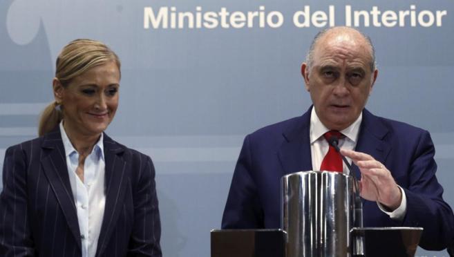 El ministro del Interior, Jorge Fernández Díaz, y la delegada del...