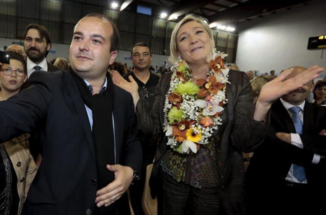 David Rachline junto a la líder del Frente Nacional francés, Marine...