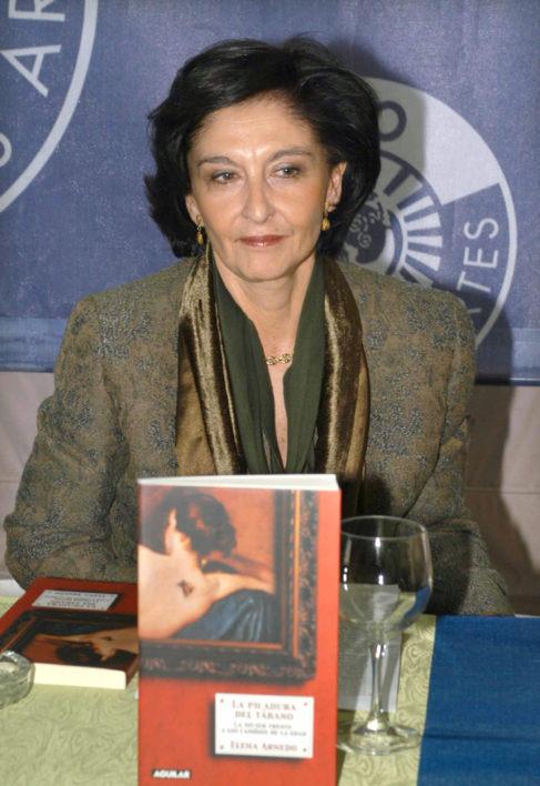 Elena Arnedo, presentando uno de sus libros, 'La picadura del...