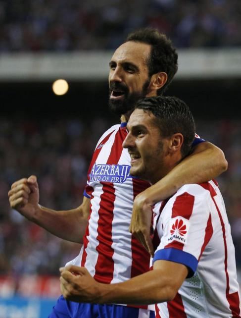 Juanfran celebra con Koke un gol ante el Sevilla.