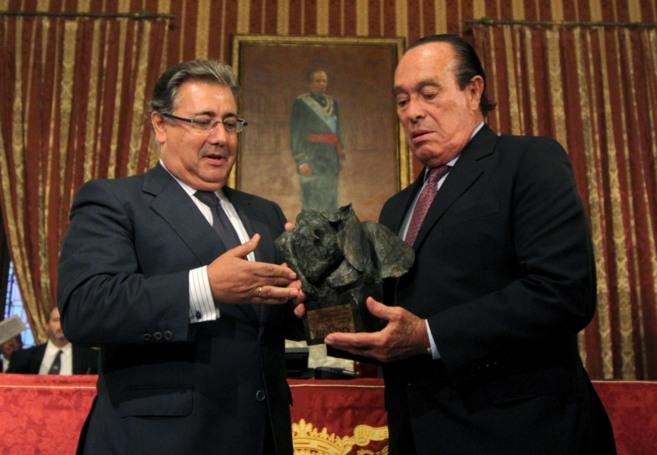 Curro Romero recibe el premio de manos de Zoido.