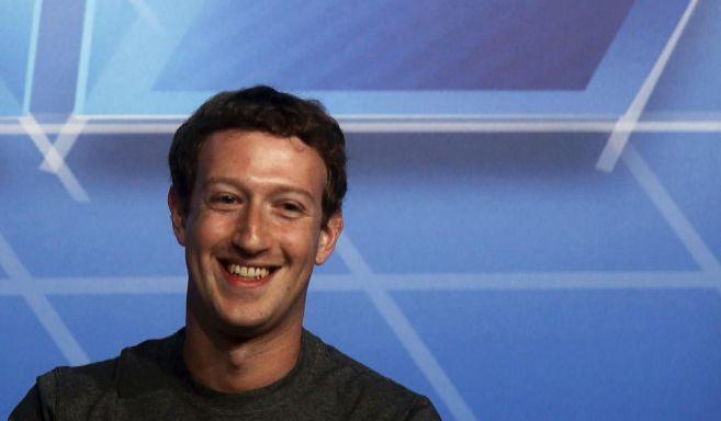 El creador de Facebook, Mark Zuckerberg, sonríe antes de dar una...