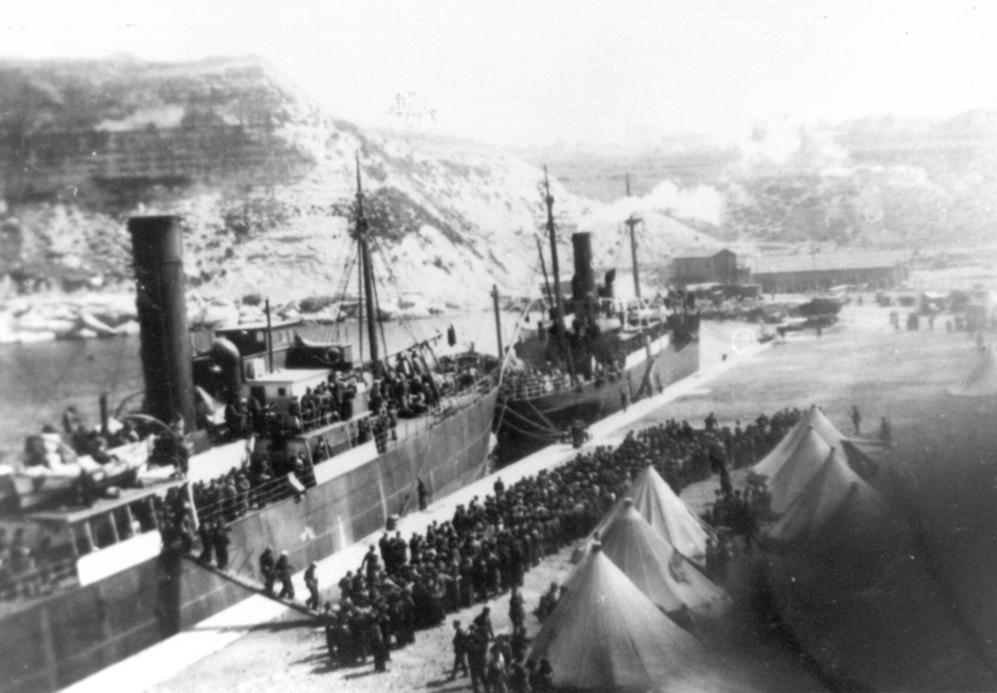 Republicanos españoles desembarcando del Stanbrook en el puerto de...