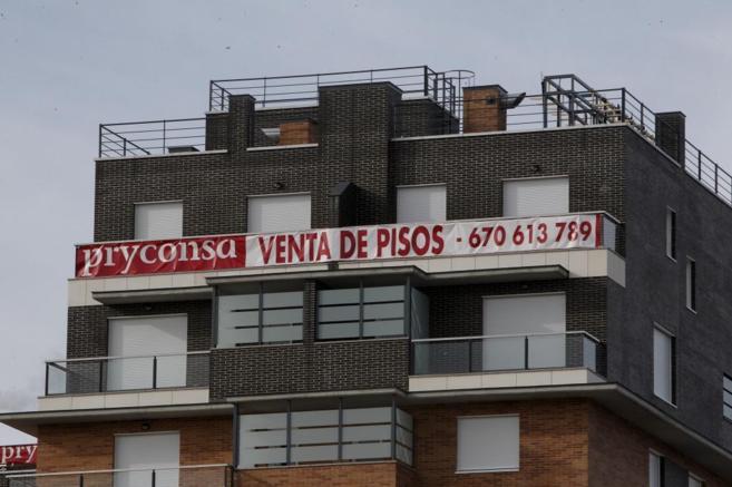 Cartel de venta de pisos en un edificio en construcción.