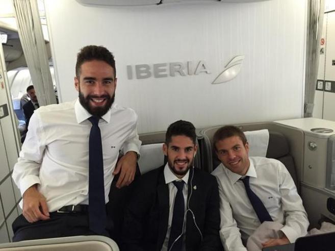 Carvajal, Isco e Illarramendi en el vuelo hacia Bulgaria.