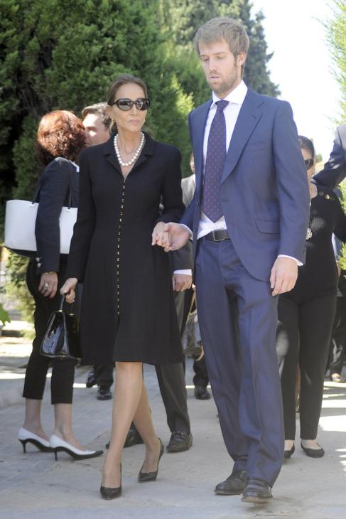Isabel Preysler con el nieto de su marido, Hugo, a la salida del...