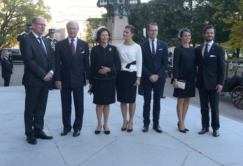 Hellqvist (2d), junto a su prometido (d), Victoria de Suecia y su...