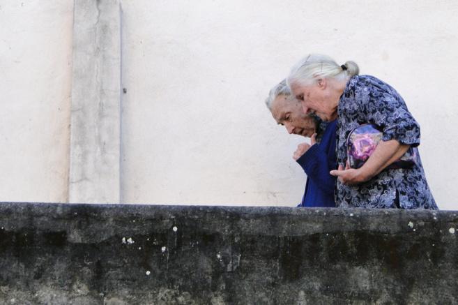 Una pareja de ancianos paseando.