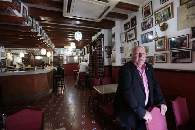 Juan Luís Alvarez, propietario del bar Sevilla, que cerrará por la...