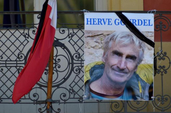 Una imagen de Hervé Gourdel en un balcón en Saint-Martin-Versubie...