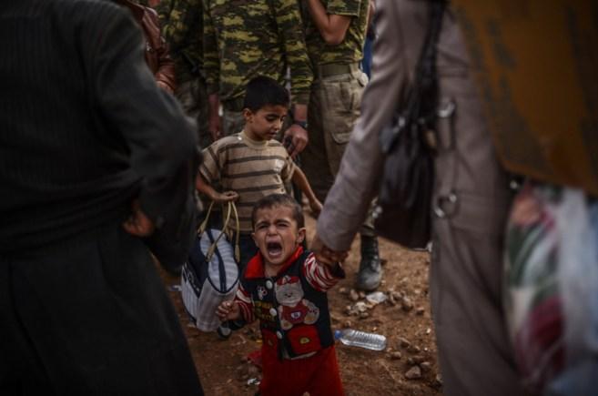 Un niño refugiado sirio kurdo llora en la ciudad turca de Suruç.