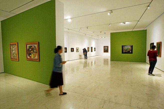 Visitantes a la exposición instalada en el MACA, con algunas obras de...