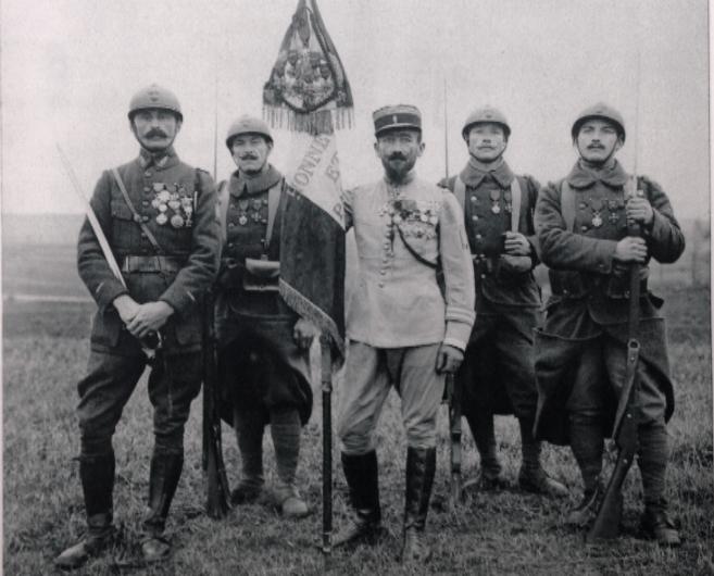 Los voluntarios Andrés Arocas (segundo por la izquierda) y Jaime...