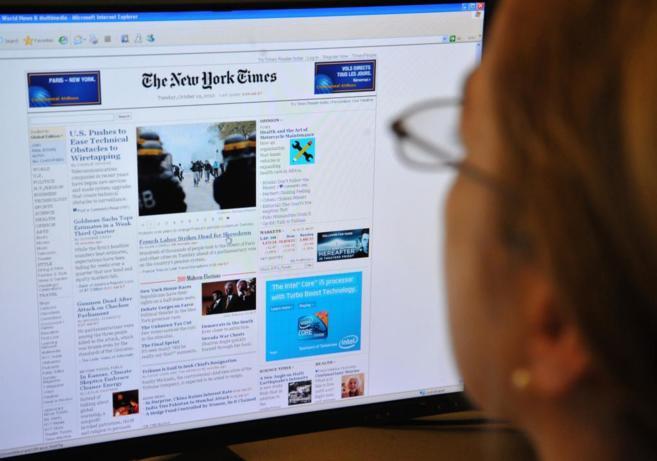 Una internauta consulta la web del diario estadounidense.