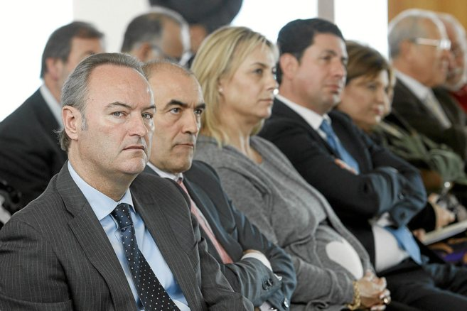 Alberto Fabra (en primer término) y Sonia Castedo (en el centro), en...
