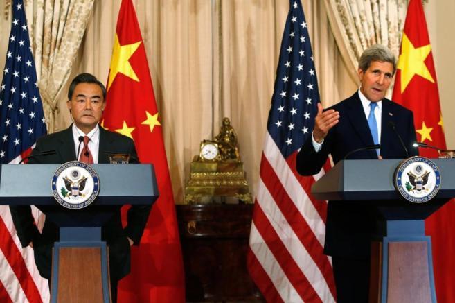 El jefe de la diplomacia china, Wang Yi, junto a John Kerry, en...