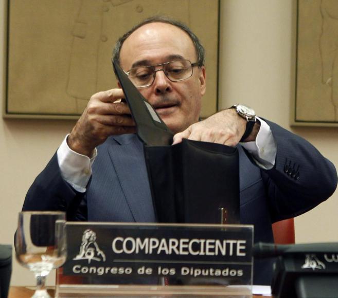 El gobernador del Banco de España, Luis María Linde, momentos antes...