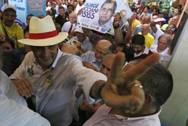 El candidato del partido PSDB a la Presidencia de Brasil Aecio Neves,...