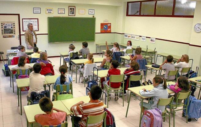 Un profesor de Primaria da clase en un centro educativo de Valladolid.