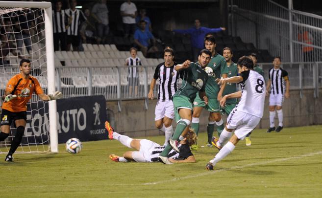 Meseguer dispara a puerta en el partido ante el Novelda en Castalia.