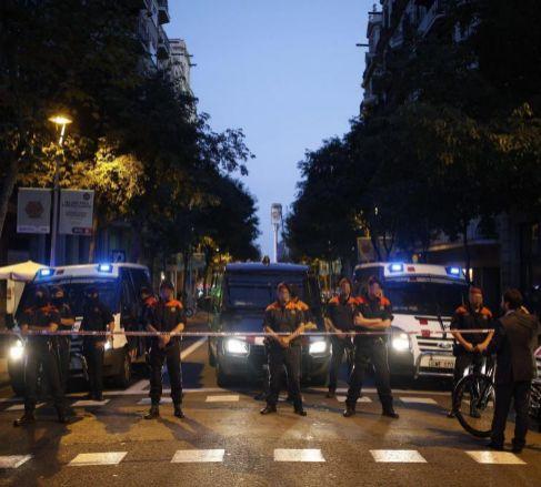 Agentes de los Mossos, en una calle de Barcelona.