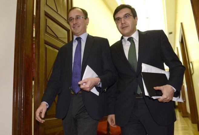 En la foto el portavoz del PP, Alfonso Alonso, y el diputado popular,...