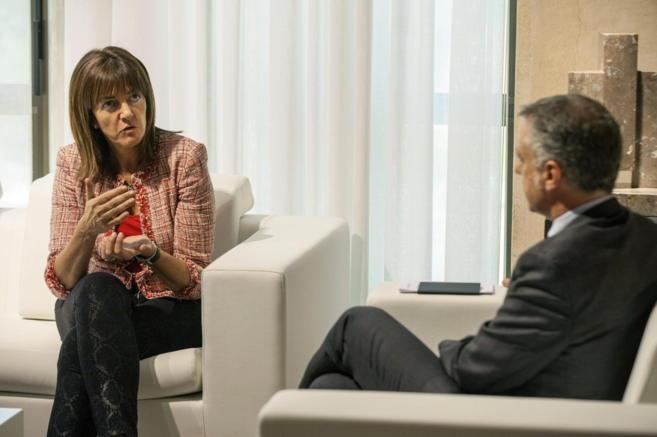 Idoia Mendia conversa ayer con el lehendakari Iñigo Urkullu durante...