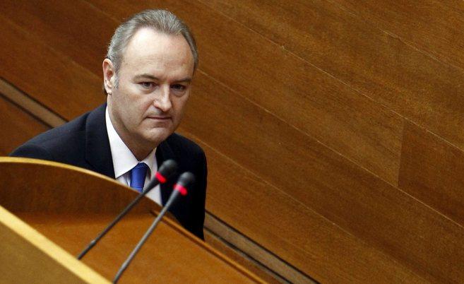 El presidente de la Generalitat, camino de la tribuna de las Cortes...