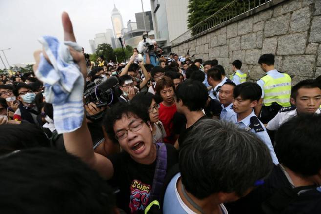 Manifestantes protestan en los alrededores de las oficinas del...