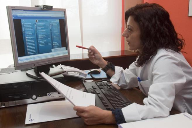 Una médico explica al paciente su diagnóstico.
