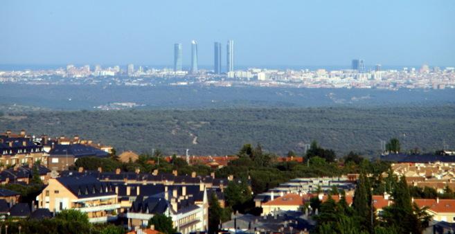 Vista del municipio de Torrelodones con Madrid al fondo.