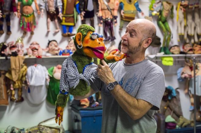 Ángel Calvente dialoga con una de sus marionetas en el taller.